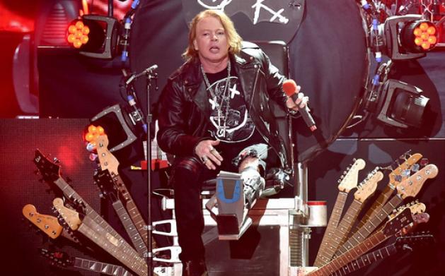 Axl Rose, AC/DC, frattura piede