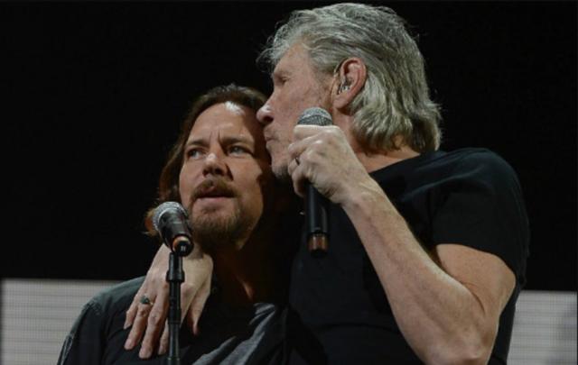 Eddie Vedder Roger Waters cantano insieme