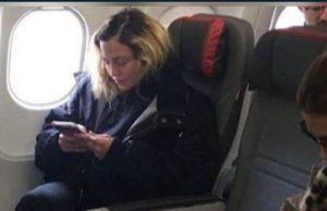 Madonna struccata aereo